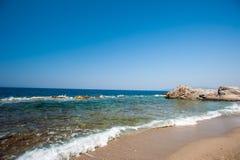 Playa, piedras, mar, arena Vacaciones reservadas por el agua imagenes de archivo