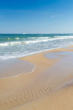 Playa polaca del mar con el transbordador en horizonte Foto de archivo libre de regalías