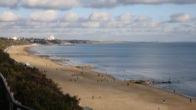 Playa Poole Dorset Inglaterra de Branksome BRITÁNICA cerca a Bournemouth conocida para las playas arenosas hermosas almacen de video