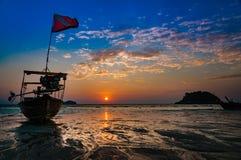 Playa por la mañana Tiempo del amanecer durante salida del sol con tradicional Imagen de archivo