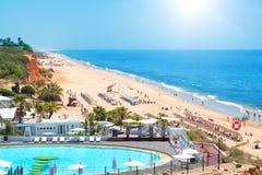Playa portuguesa en el verano. Fotos de archivo libres de regalías