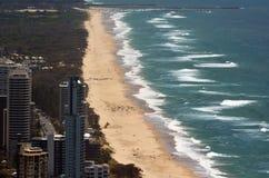 Playa principal del paraíso de las personas que practica surf - Queensland Australia Foto de archivo libre de regalías
