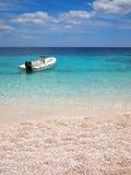 Playa privada con la lancha de carreras fotos de archivo