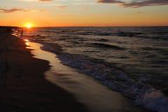 Playa, puesta del sol sobre el mar Báltico foto de archivo