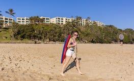 Playa que camina del tablero de la muchacha Fotografía de archivo