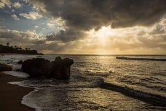 Playa que practica surf fotografía de archivo libre de regalías