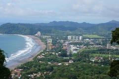 Playa que practica surf a Jaco Costa Rica imagen de archivo