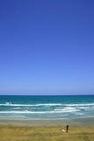 Playa que practica surf perfecta imagenes de archivo
