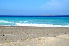 Playa que rodea la ciudad de Rodas Imagen de archivo libre de regalías