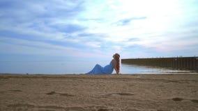 Playa relajante de la mujer Mujer hermosa que miente en la playa del mar Mujer en alineada azul almacen de metraje de vídeo