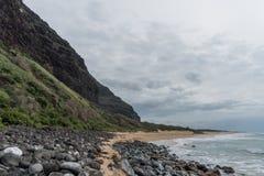 Playa remota en el borde de la costa de Napali en Kauai, Hawaii, en invierno fotos de archivo