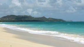 Playa remota en Oahu, Hawaii con una opinión de la isla fotografía de archivo