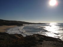 Playa remota rodeada por las colinas y las dunas fotos de archivo