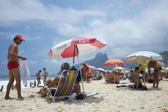 Playa Rio de Janeiro Brazil de Ipanema de los persona que toma el sol Imágenes de archivo libres de regalías
