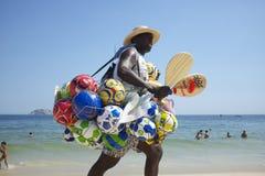 Playa Rio de Janeiro Brazil de Ipanema del vendedor de la bola Foto de archivo libre de regalías