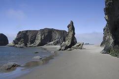 Playa, rocas, cielo Imagen de archivo