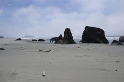 Playa, rocas, cielo Imagen de archivo libre de regalías