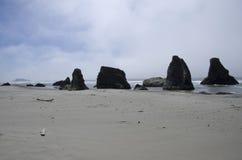 Playa, rocas, cielo Fotos de archivo