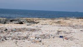 Playa rocosa con basura y basura Concepto de la contaminaci?n ambiental C?mara lenta almacen de video