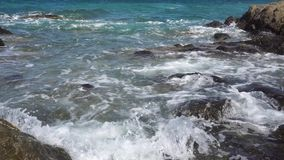 Playa rocosa de la belleza almacen de video