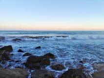 Playa rocosa del mar Fotos de archivo