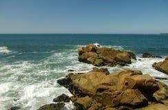 Playa rocosa del océano Fotos de archivo libres de regalías
