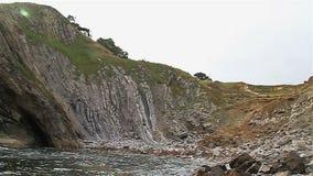 Playa rocosa en Dorset cerca de la puerta de Durdle almacen de video