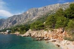 Playa rocosa en Drasnice, Croatia imagen de archivo libre de regalías