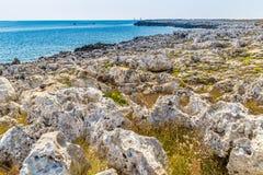 playa rocosa en el mar adriático Imagenes de archivo