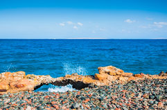 Playa rocosa en el Mar Rojo Imágenes de archivo libres de regalías