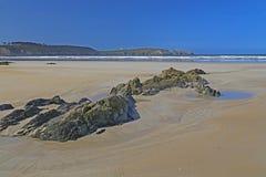 Playa rocosa en el Océano Atlántico, Francia imágenes de archivo libres de regalías