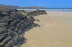 Playa rocosa en el Océano Atlántico, Francia fotos de archivo