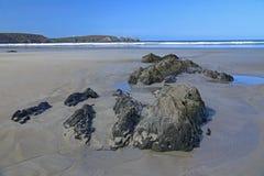 Playa rocosa en el Océano Atlántico, Francia foto de archivo