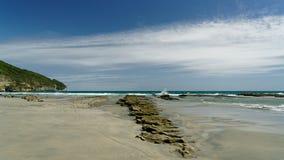 Playa rocosa en escupitajo de despedida, en la costa oeste de Nueva Zelanda imagenes de archivo