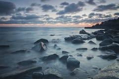 Playa rocosa en la oscuridad Fotos de archivo