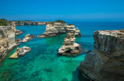 Playa rocosa en Puglia, Torre Sant'Andrea, Italia Fotografía de archivo