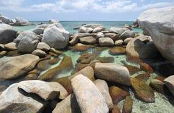 Playa rocosa exótica en el belitung Indonesia Imagen de archivo libre de regalías