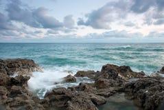 Playa rocosa hermosa del mar Imagenes de archivo