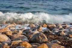 Playa rocosa hermosa del mar Imagen de archivo