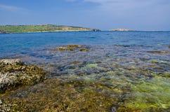 Playa rocosa, la bahía de San Pablo, Malta Imagenes de archivo