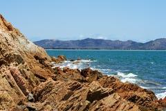 Playa rocosa salvaje Imágenes de archivo libres de regalías