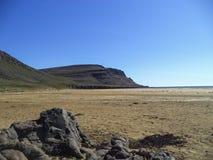 Playa roja de las arenas en Islandia occidental Fotos de archivo libres de regalías