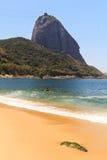 Playa roja de Sugarloaf de la montaña (Praia Vermelha), Río de Janeiro, B Imagenes de archivo