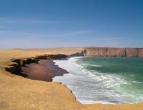 Playa roja en Paracas, Perú Foto de archivo libre de regalías