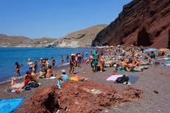 Playa roja hermosa en la isla griega de Santorini Foto de archivo libre de regalías