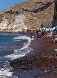 Playa roja hermosa en la isla griega de Santorini Imagen de archivo libre de regalías
