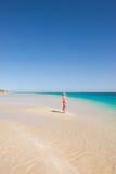 Playa rubia del paraíso de la mujer joven Foto de archivo