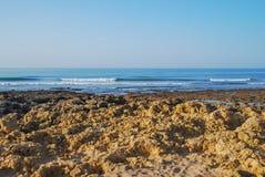 Playa salvaje del océano del verano, Portugal Cielo claro, rocas en la arena imagen de archivo