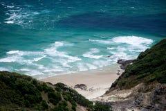 Playa salvaje imponente fotos de archivo