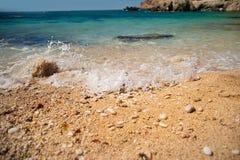Playa secreta ocultada entre las rocas fotografía de archivo